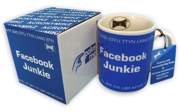 Wie lange bist du täglich in Facebook? Nur mal kurz checken ob es Neuigkeiten gibt? All deine Alltäglichkeiten Posten und mit anderen teilen? Ganz schnell ist man ein Facebook Junkie. Du kennst so jemanden, oder bist selbst ein Facebook Junkie? Dann haben wir die passende Tasse für dich. Verziert mit typischen Chat Kürzeln wird die Tasse sehr typisch für Facebook und deren Nutzer. Die Tasse ist Mikrowellen- und Spülmaschinen fest.